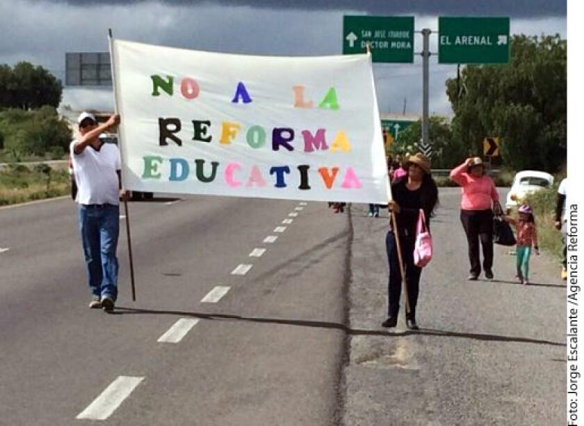 Con pancartas maestros de la CNTE demandaron la anulación de la reforma educativa por considerar que busca privatizar la educación.