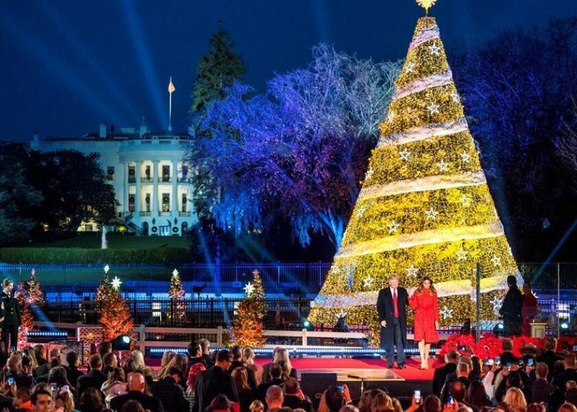 El presidente de los estados Unidos, Donald Trump, y la primera dama, Melania Trump, toman sus asientos después de encender el Árbol Nacional de Navidad hoy, jueves 30 de noviembre de 2017, en el Elipse, al sur de la Casa Blanca, en Washington, DC (EE.UU.). EFE