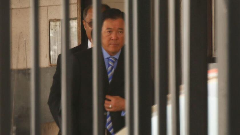 Paúl Tanaka ex subjefe del sheriff se entregó a las autoridades para cumplir una condena de cinco años. Al Seib / Los Angeles Times.