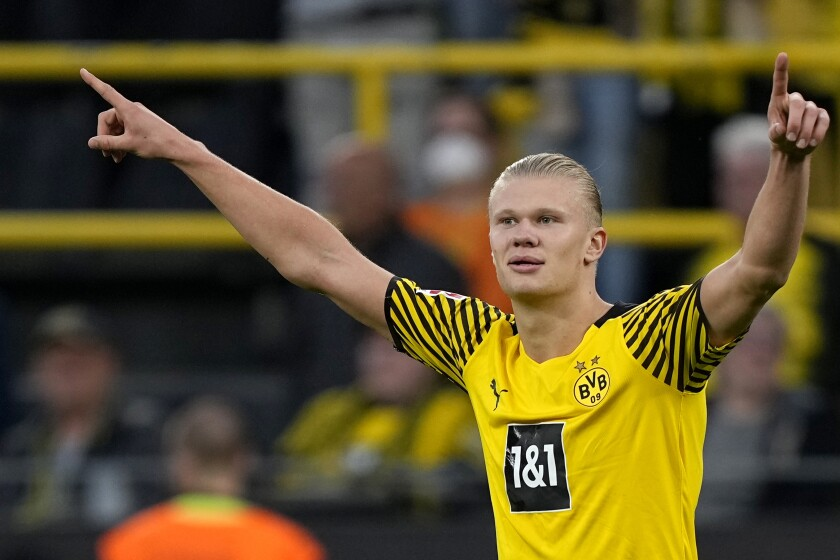 Erling Haaland celebra tras anotar el cuarto gol del Borussia Dortmund en la victoria 4-2 ante el Union Berlín, el domingo 19 de septiembre de 2021. (AP Foto/Martin Meissner)