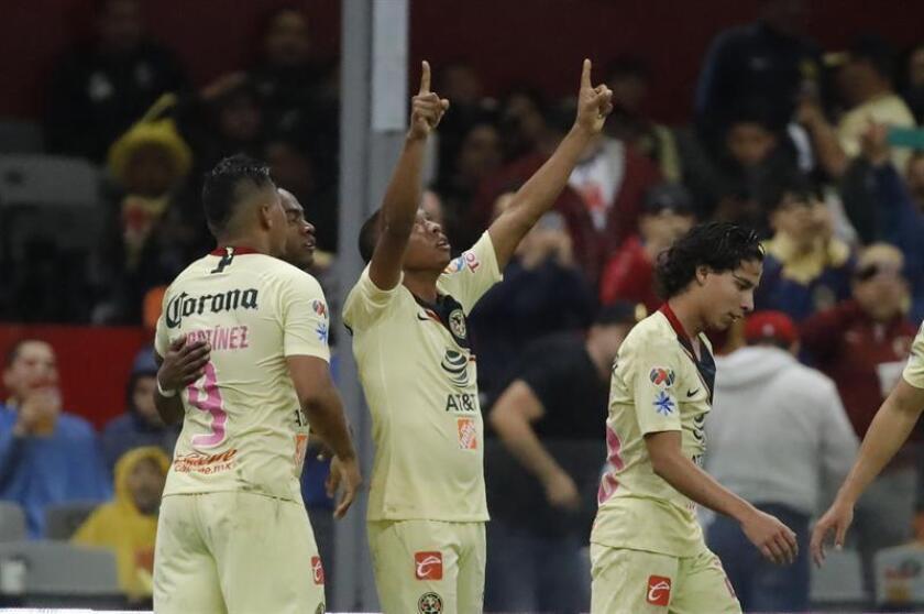 El jugador de América Andrés Ibargüen (c), festeja después de anotar ante Xolos. EFE/Archivo