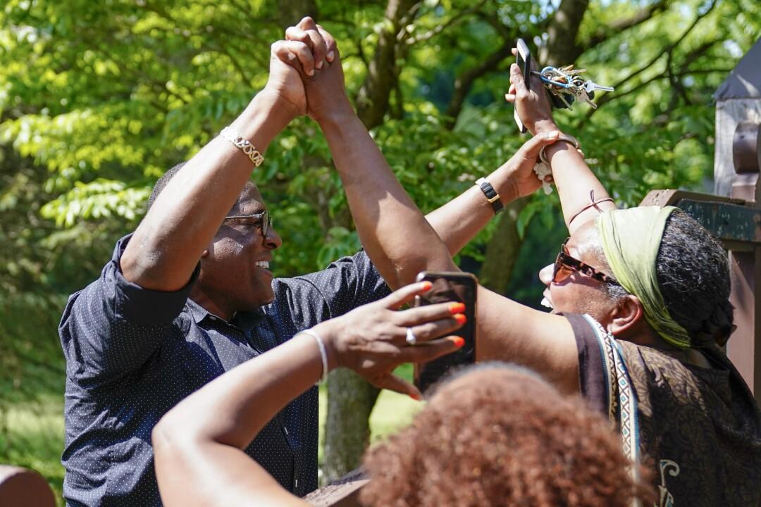 سخنگوی بیل کازبی ، اندرو وایت ، با افرادی که در مقابل خانه این هنرمند در الکینز پارک ، پنسیلوانیا جمع شده بودند ، جشن می گیرد.