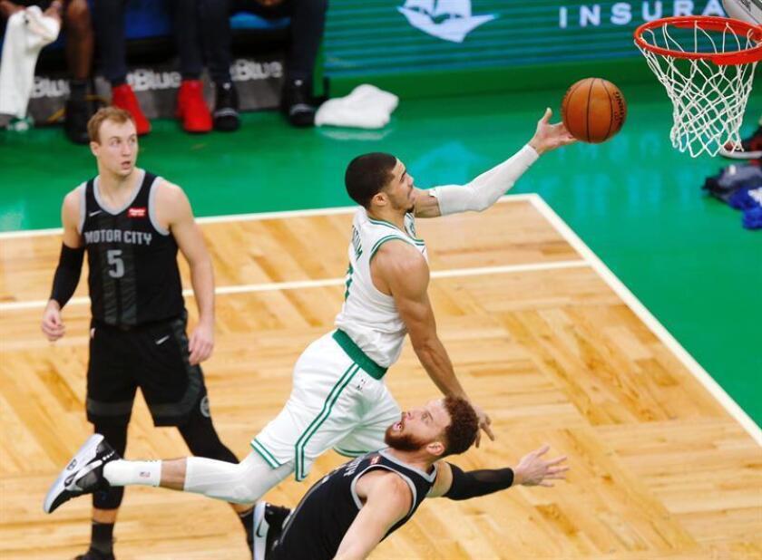 El jugador Jayson Tatum (c) de los Celtics de Boston lanza la pelota ante la marca de Blake Griffin (d) de los Pistons de Detroit este miércoles durante un juego de la NBA entre los Pistons y los Celtics, que se disputa en el TD Garden en Boston, Massachusetts (Estados Unidos). EFE