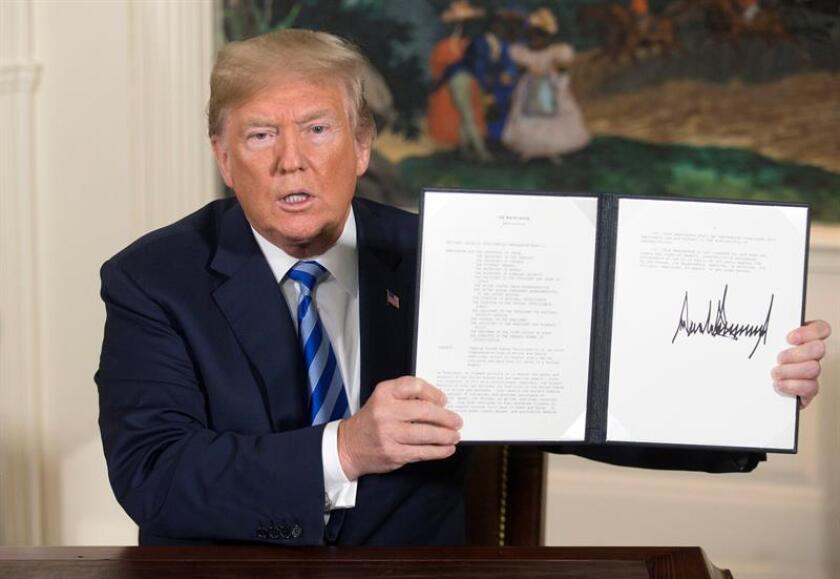 Fotografía de archivo fechada el 8 de mayo de 2018, y facilitada hoy, 2 de noviembre de 2018, que muestra al presidente de los Estados Unidos, Donald J. Trump, muestra tras firmar un memorando para romper el pacto nuclear con Irán en la Casa Blanca, Washington, Estados Unidos. EFE