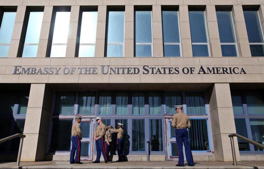 Varios marines del ejército estadounidense prestan guardia en la entrada de la embajada de Estados Unidos, en la Habana (Cuba). EFE/Archivo