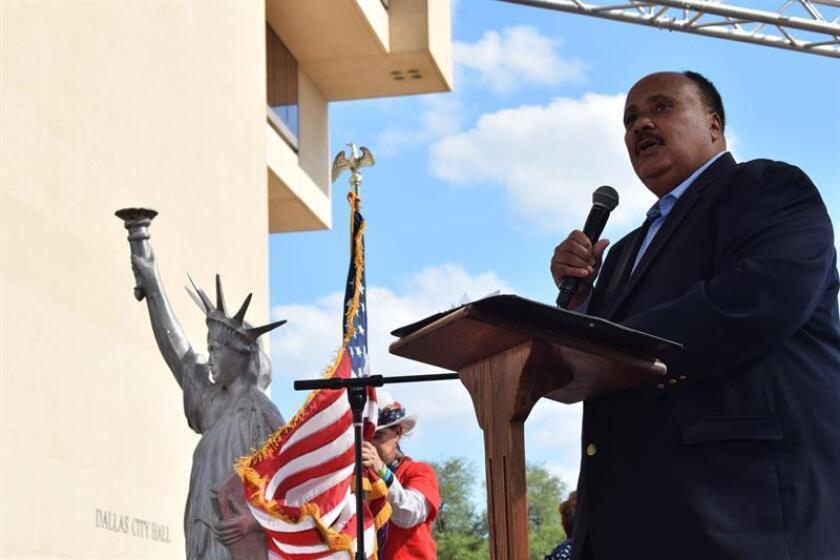 """Martin Luther King III, hijo del histórico líder Martin Luther King Jr., denostó hoy desde el muro fronterizo entre EEUU y México las políticas """"draconianas"""" del Gobierno estadounidense que han separado cientos de familias inmigrantes. EFE/ARCHIVO"""