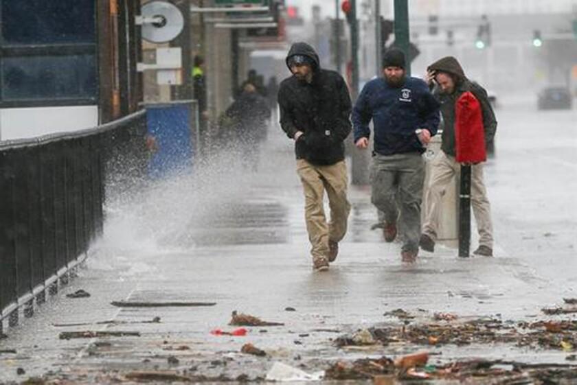 Varias personas caminan durante el temporal cerca de la bahía de Boston, Massachusetts, EEUU. EFE/Archivo
