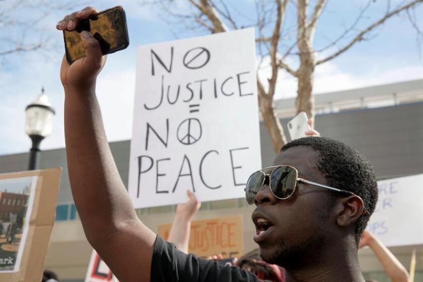 La ciudad de Sacramento (California) vivió en la madrugada de hoy nuevas protestas en reacción a la divulgación de una autopsia no oficial que revela que el joven negro Stephon Clark fue disparado por la espalda por dos agentes de policía. EFE/ARCHIVO