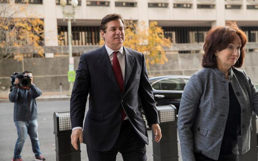 El exjefe de campaña de Trump, Paul Manafort (c), a su llegada al Tribunal Federal E. Barrett Prettyman, en Washington (Estados Unidos). EFE/Archivo