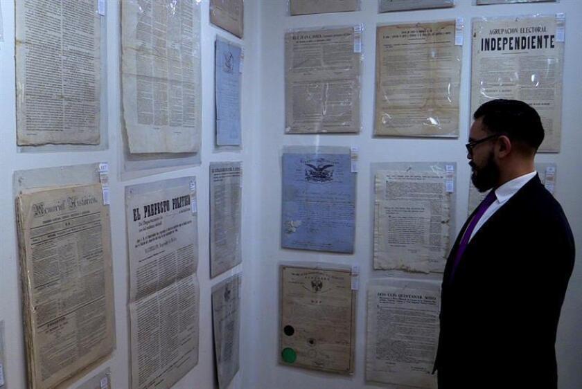 Un hombre observa impresos este miércoles, 11 de abril de 2018, en una casa de subastas en Ciudad de México (México). EFE