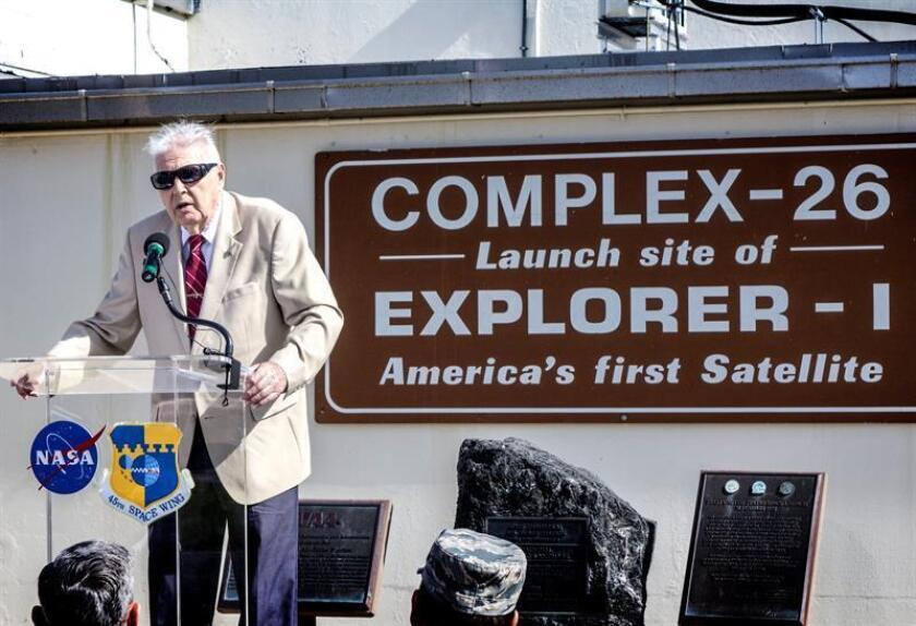 El meteorólogo oficial del lanzamiento del Explorer 1, John Meisenheimer, habla sobre sus recuerdos del lanzamiento del primer satélite estadounidense, en frente del complejo del lanzamiento histórico del Explorer 1, en la Estación de la Fuerza Aérea de Cabo Cañaveral, en Titusville, Florida (Estados Unidos) hoy, miércoles 31 de enero de 2018. EFE