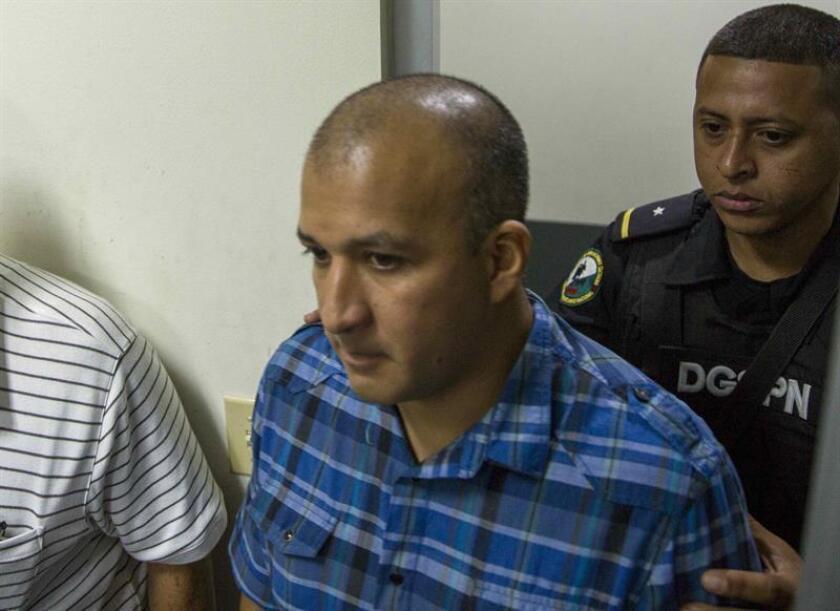 El mexicano Ricardo Meneses García (c), acusado de asociación para delinquir, es escoltado por autoridades durante una audiencia en Managua. EFE