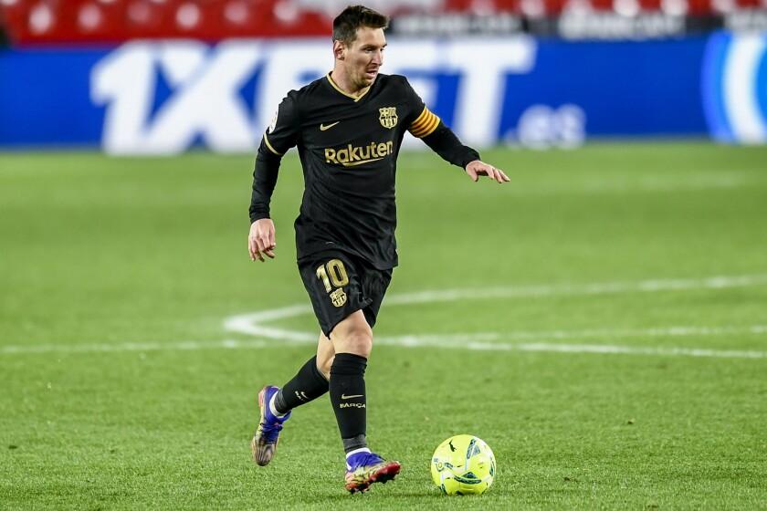 Lionel Messi, del Barcelona, corre con el balón durante un partido de La Liga ante el Granada