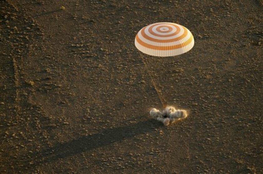 E Después de observar más de 2.750 amaneceres desde encima de la Tierra, tres tripulantes de la Estación Espacial Internacional volvieron el miércoles al planeta en un espléndido amanecer. Un astronauta estadounidense que batió un récord y sus dos colegas rusos volvieron a sentir el sol en una mañana despejada tras un viaje de seis meses en órbita.