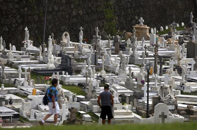 Un grupo de personas visita el cementerio Santa María Magdalena de Pazzis en San Juan (Puerto Rico). EFE/Archivo