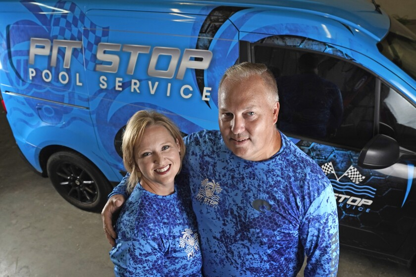 Amy y Cody Morgan, en su casa en Cypress, Texas. Ellos abrieron el negocio de transporte Pit Stop Pools durante la pandemia.