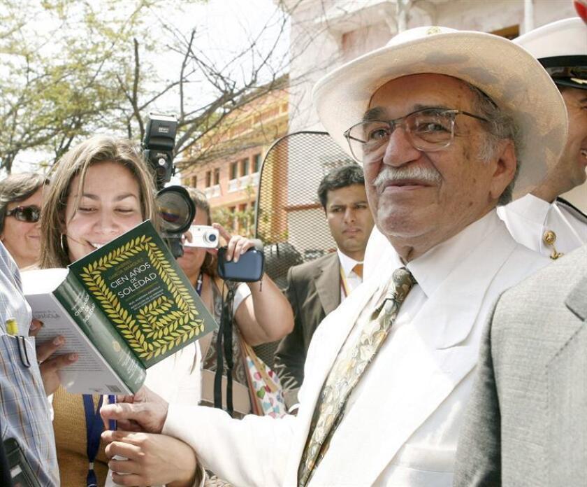 """Fotografía de archivo del 26/03/07 del Premio Nobel de Literatura Gabriel García Márquez, firmando ejemplares de la edición especial de su obra """"Cien años de soledad"""", en Cartagena donde inauguró el IV Congreso Internacional de la Lengua. EFE/Archivo"""