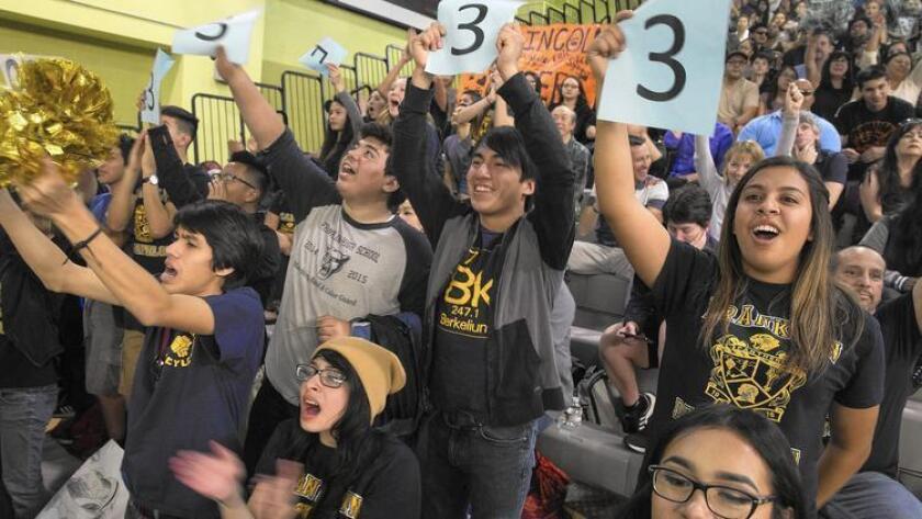 Estudiantes de Franklin High School animan a sus compañeros en el Decatlón Académico conocido como Super Quiz (Brian van der Brug / Los Angeles Times).