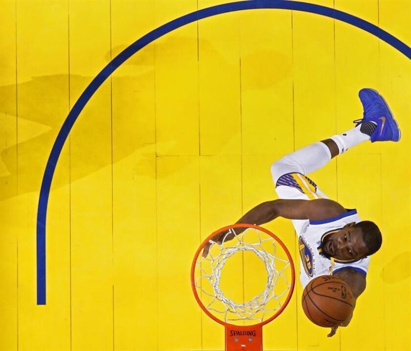 Durant, que también aportó ocho rebotes y tres asistencias, tuvo el apoyo del base Stephen Curry que llegó a los 23 puntos, repartió ocho asistencias y recuperó dos balones. EFE/Archivo