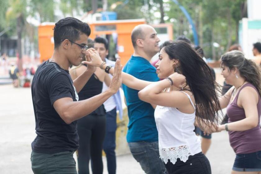 El Congreso Mundial de la Salsa (MSC), dedicado a promover a los bailarines profesionales de salsa de todo el mundo, vuelve a Miami desde este miércoles y durante cinco días con clases de baile y música en directo. EFE/ Walter German Herandez/Archivo