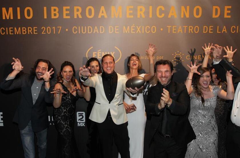 El elenco de la de la serie Club de Cuervos posa para una foto con el premio a mejor comedia durante la entrega de los Premios Fénix del Cine Iberoamericano 2017, en Ciudad de México (México). EFE/Archivo