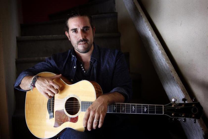 """El cantautor español Andrés Suárez, que se encuentra en un momento muy positivo de su carrera, presume de haber escalado hacia el éxito lentamente y valora vivir de la música porque conoce """"el fracaso profundamente"""". EFE/Archivo"""