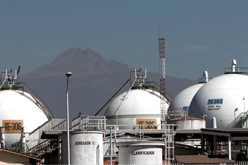 Fotografía de archivo fechada el 4 de enero de 2017, muestra instalaciones de gas de una refinería de Petróleos Mexicanos (PEMEX), en la Ciudad de Puebla (México). La liberalización del gas en México en enero de 2017 ha causado una marcada subida de hasta 50 % en los precios. EFE/ARCHIVO