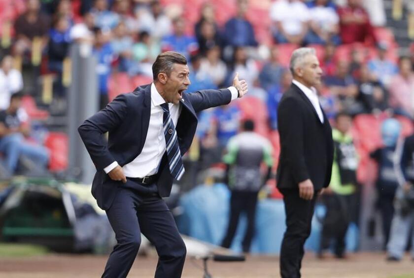 El técinco de Cruz Azul, Pedro Caixinha, da instrucciones a sus jugadores contra Veracruz. EFE/Archivo