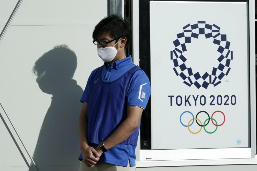 Un empleado participa en pruebas de prevención del coronavirus para los Juegos Olímpicos de Tokio
