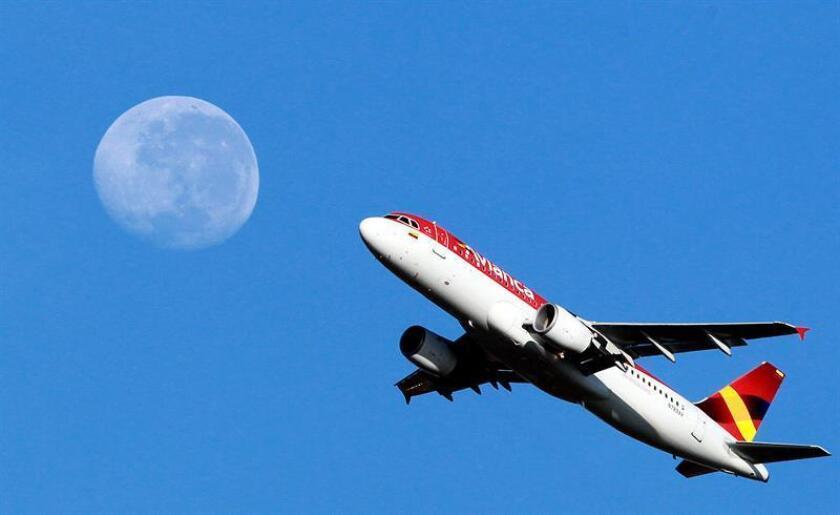 Un avión de la aerolínea Avianca sobrevuela. EFE/Archivo