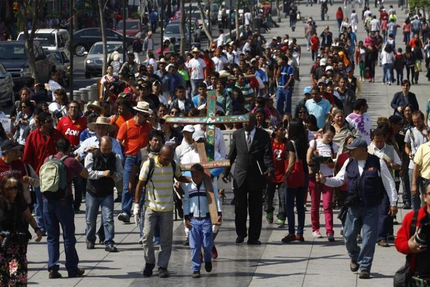 Vista general de migrantes centroamericanos durante su visita a la Basílica de Guadalupe en Ciudad de México (México). EFE/Archivo