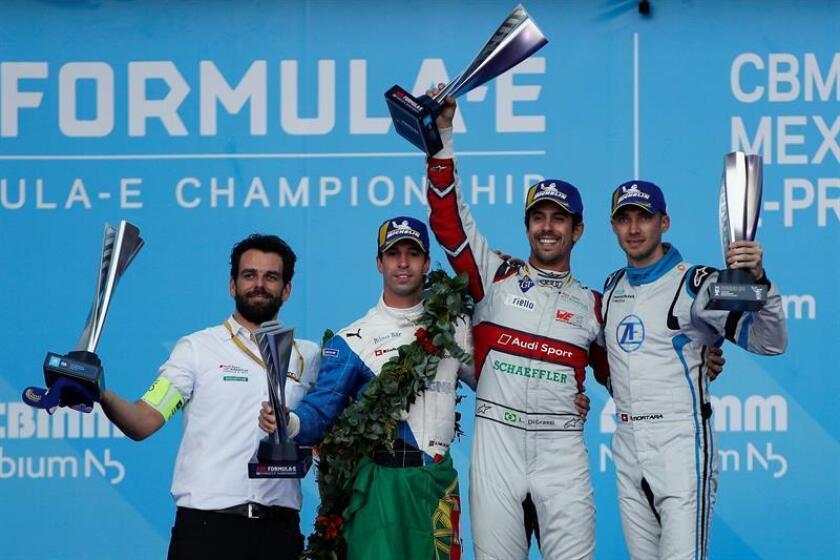 De izquierda a derecha, el ingeniero del equipo Audi Sport Abt Schaeffler, Markus Michelberger, el piloto portugués António Félix da Costa del equipo BMW I Andretti Motorsport (segundo lugar), el piloto brasileño Lucas Di Grassi del equipo Audi Sport Abt Schaeffler (primer lugar) y el piloto suizo Edoardo Mortara del equipo Venturi Formula E (tercer lugar) posan en el podio de premiación hoy, sábado 16 de febrero de 2019, durante el Gran Premio de la Ciudad de México de la Fórmula E realizado en el Autódromo Hermanos Rodríguez. EFE
