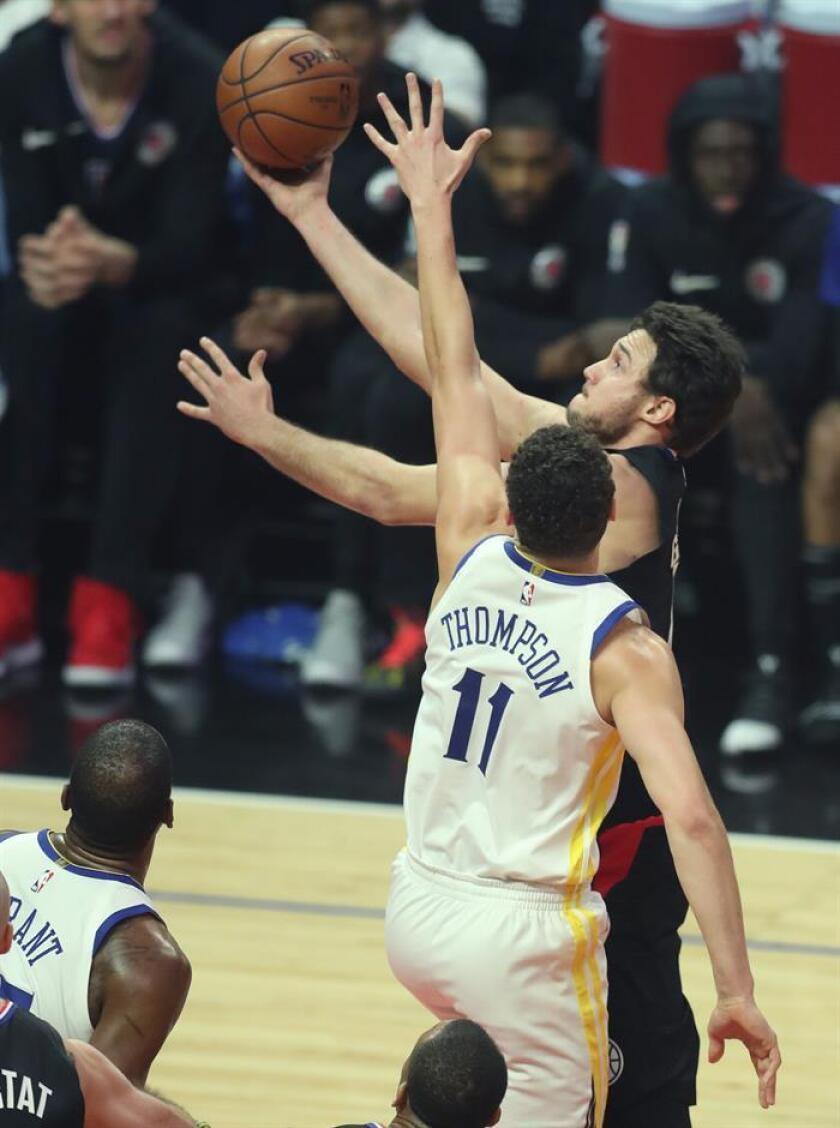 El jugador de Los Angeles Clippers Danilo Gallinari (d) intenta encestar durante un partido. EFE/Archivo