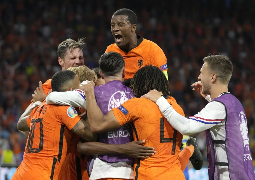 Los jugadores de Holanda celebran luego que Denzel Dumfries anotó el tercer gol en la victoria 3-2 ante Ucrania en la Eurocopa, el domingo 13 de enero de 2021. (AP Foto/Peter Dejong, Pool)