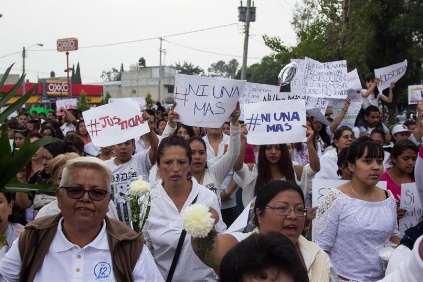 """Fotografía del 7 de octubre de 2018, de cientos de mujeres que marchan en el municipio de Ecatepec, en el Estado de México (México), para exigir justicia y seguridad luego de la detención de Juan Carlos 'N"""" y su esposa, Patricia 'N', acusados de presúntamente asesinar al menos a 20 mujeres en esta localidad mexicana. EFE/STR"""