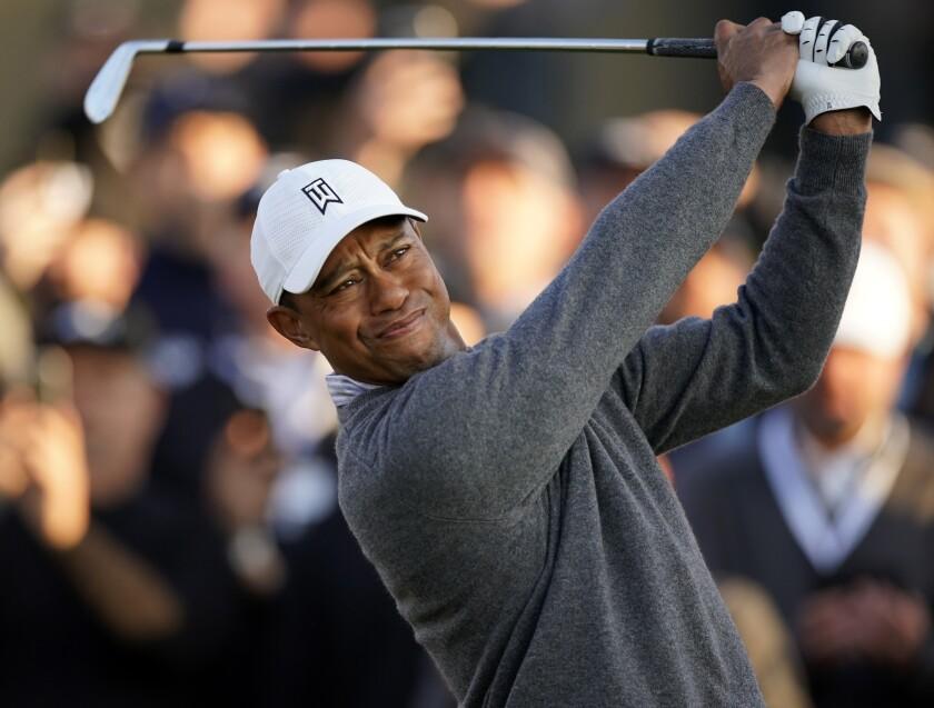 En esta foto de archivo del 14 de febrero de 2020, Tiger Woods realiza su tiro de salida