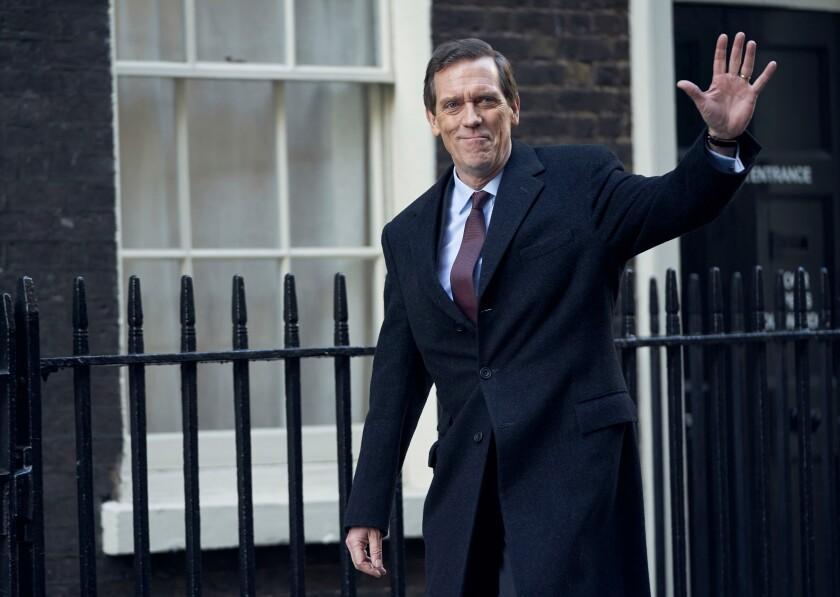 En esta imagen difundida por PBS, Hugh Laurie como un político británico descuidado