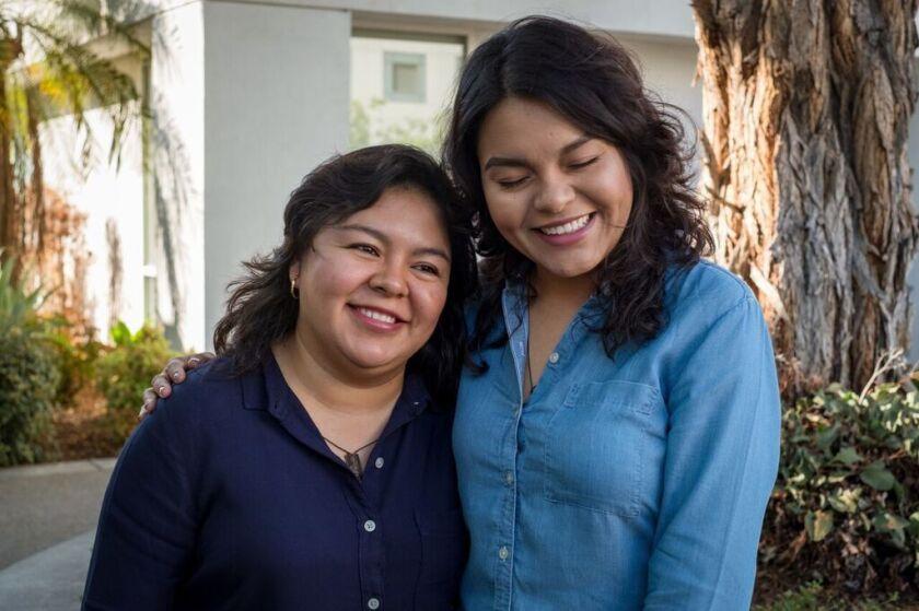 Xenia, en mezclilla, abraza a su hermana tras recibir uno de sus riñones.