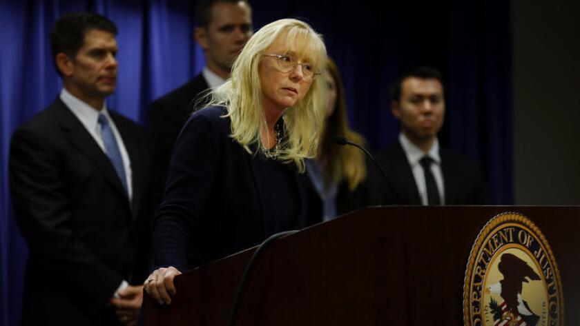 Eileen M.Decker, fiscal para la región de L.A., anuncia arrestos por fraude de atención médica.