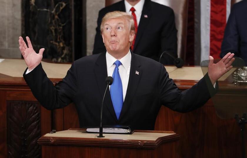 """El presidente, Donald Trump, advirtió hoy de que los misiles de Corea del Norte podrían amenazar """"muy pronto"""" el territorio estadounidense, y que él responderá con una """"presión máxima"""", y no con """"complacencia"""" ante esa situación. EFE"""