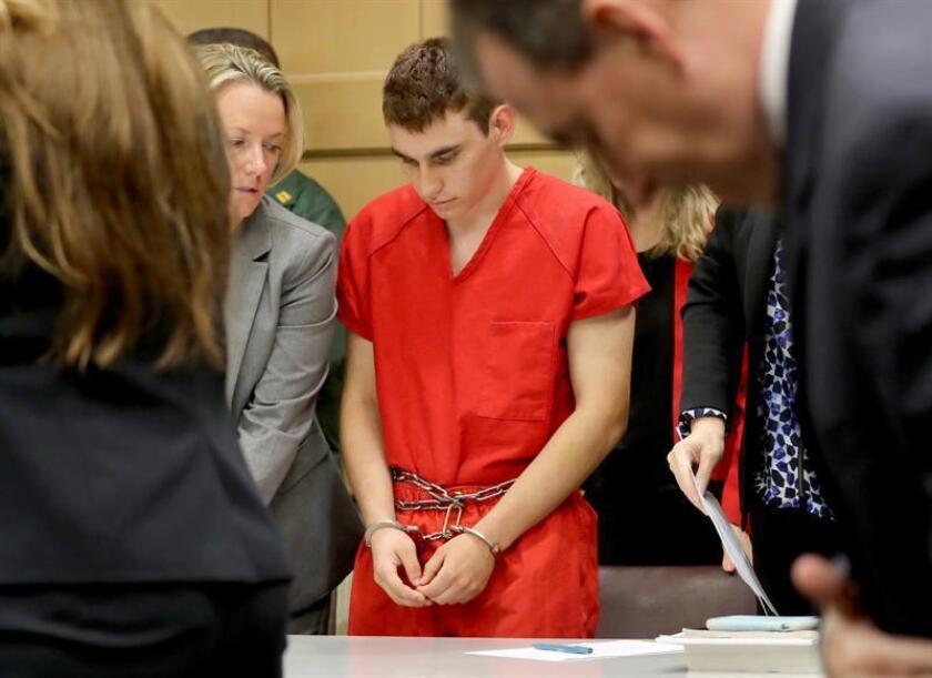 El autor confeso del tiroteo en un instituto de Florida el pasado 14 de febrero, Nikolas Cruz (dcha), comparece ante la corte, en Fort Lauderdale, Florida, EEUU. EFE/Archivo