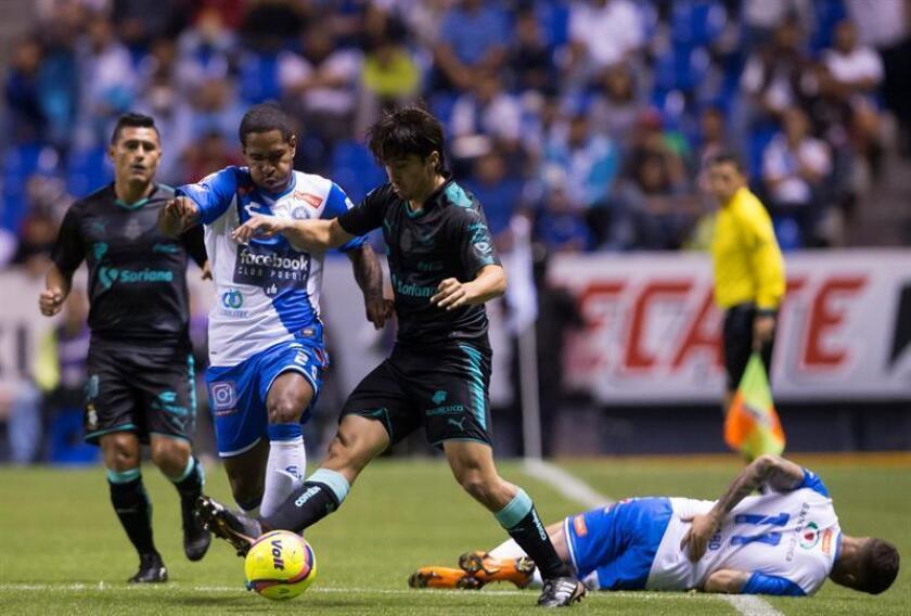 El jugador de Puebla Brayan Angulo (i), pelea por el balón con José Abella (d) de Santos. EFE/Archivo