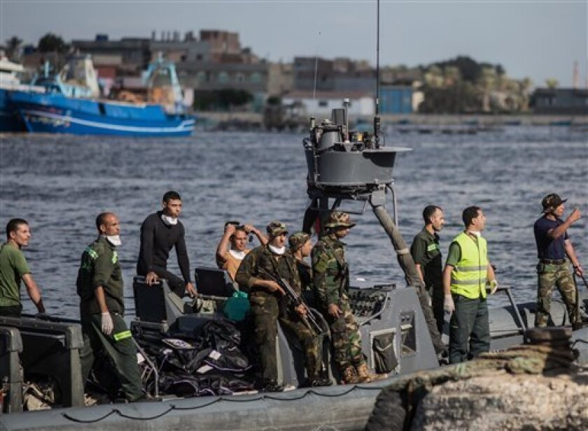 La guardia costera de Egipto y socorristas llevan a la costa cadáveres de migrantes luego que un barco que se diriía a Europa se fue a pique junto a la costa del mediterráneo en Rosetta, Egipto, el jueves, 22 de septiembre del 2016. Sobrevivientes, algunos de ellos esposados a camas de hospitales, narraron haber visto a mujeres y niños ahogarse, al tiempo que las autoridades egipcias dijeron que habían hallado 51 cadáveres y grupos no gubernamentales estimaron que más de 100 personas seguían desaparecidas en el mar.