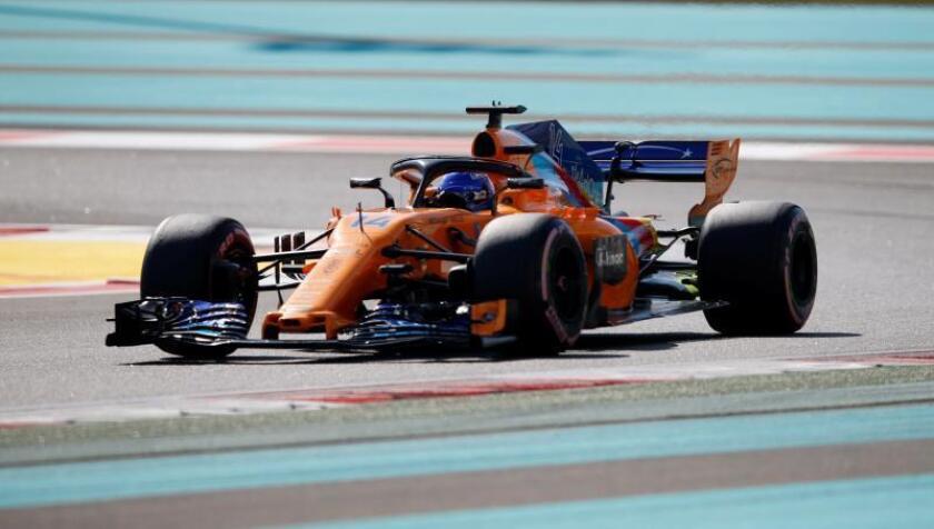 El piloto español de Fórmula Uno Fernando Alonso, de McLaren, participa en los entrenamientos libres en el circuito de Yas Marina de Abu Dabi, Emiratos Árabes Unidos, hoy, 23 de noviembre de 2018. EFE