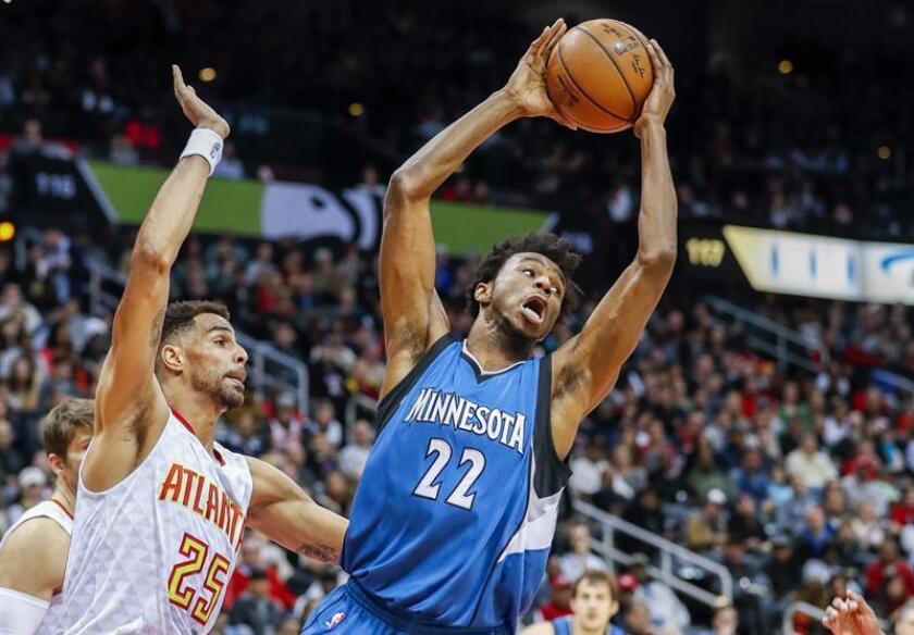 El canadiense Andrew Wiggins (d) de Minnesota Timberwolves gana un rebote ante el suizo Thabo Sefolosha (i) de Atlanta Hawks durante un partido de la NBA en Philips Arena en Atlanta (EE.UU.). EFE
