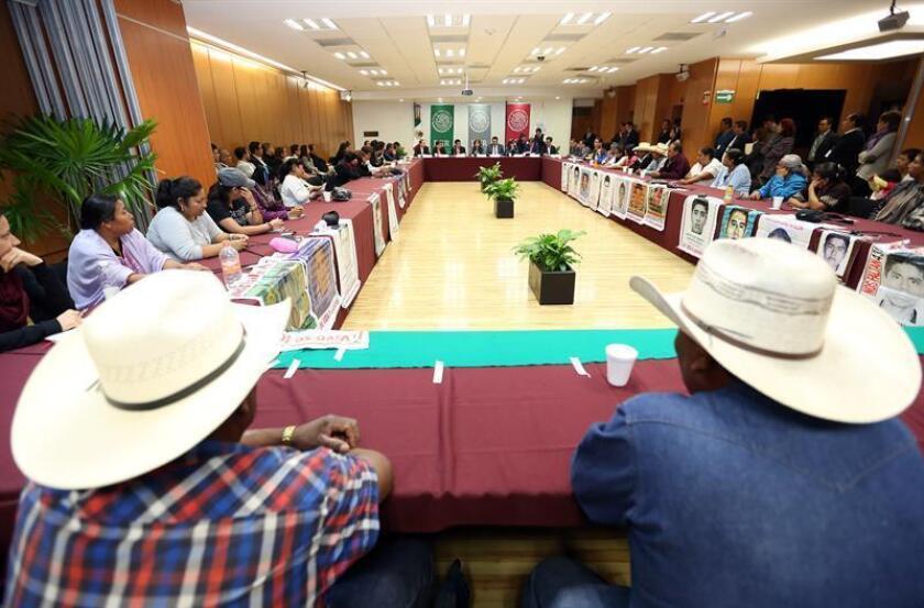 """Fotografía cedida por la Procuraduría General de la Republica (PGR) de los padres de los 43 desaparecidos en Guerrero (México) durante una reunión con la fiscal Arely Gómez hoy, jueves 18 de febrero de 2016, en Ciudad de México (México). Arely Gómez se reunió con los padres de los 43 estudiantes desaparecidos de Ayotzinapa, para informarles sobre los recientes avances de la investigación, los cuales son """"mínimos"""", según los familiares."""