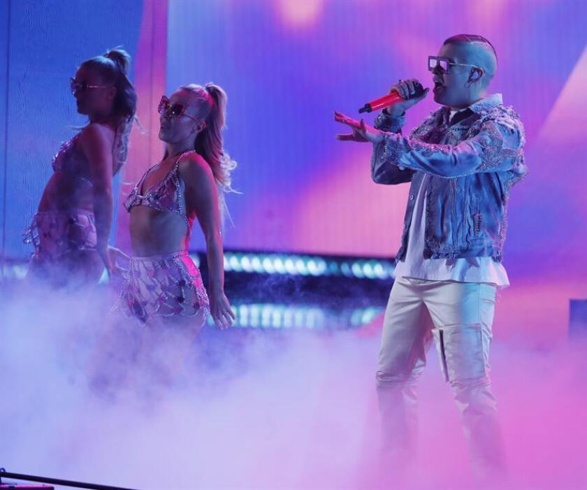 El cantante Bad Bunny se presenta durante la 19a ceremonia anual de los Premios Grammy Latinos en el MGM Grand Garden Arena en Las Vegas, Nevada, EE. UU., el 15 de noviembre de 2018. EFE/Archivo