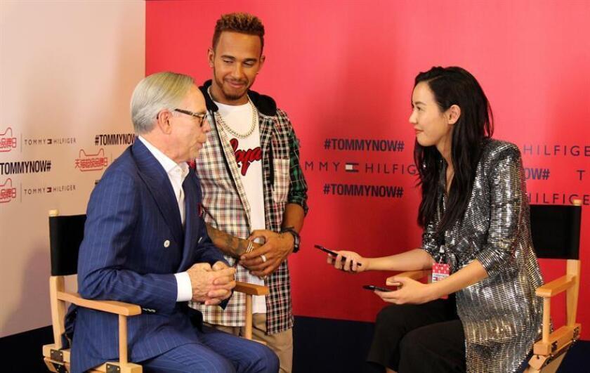 El diseñador Tommy Hilfiger (i) y el campeón de fórmula uno Lewis Hamilton (c) antes de presentar la nueva colección de la firma estadounidense hoy en Shanghai. EFE
