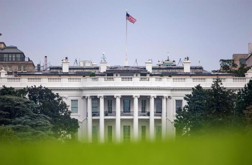 La tibia reacción del Gobierno del presidente, Donald Trump, a la muerte del senador republicano John McCain continuó generando polémica después de que la Casa Blanca amaneciera hoy con las banderas a plena asta tras poco más de día y medio de duelo. EFE