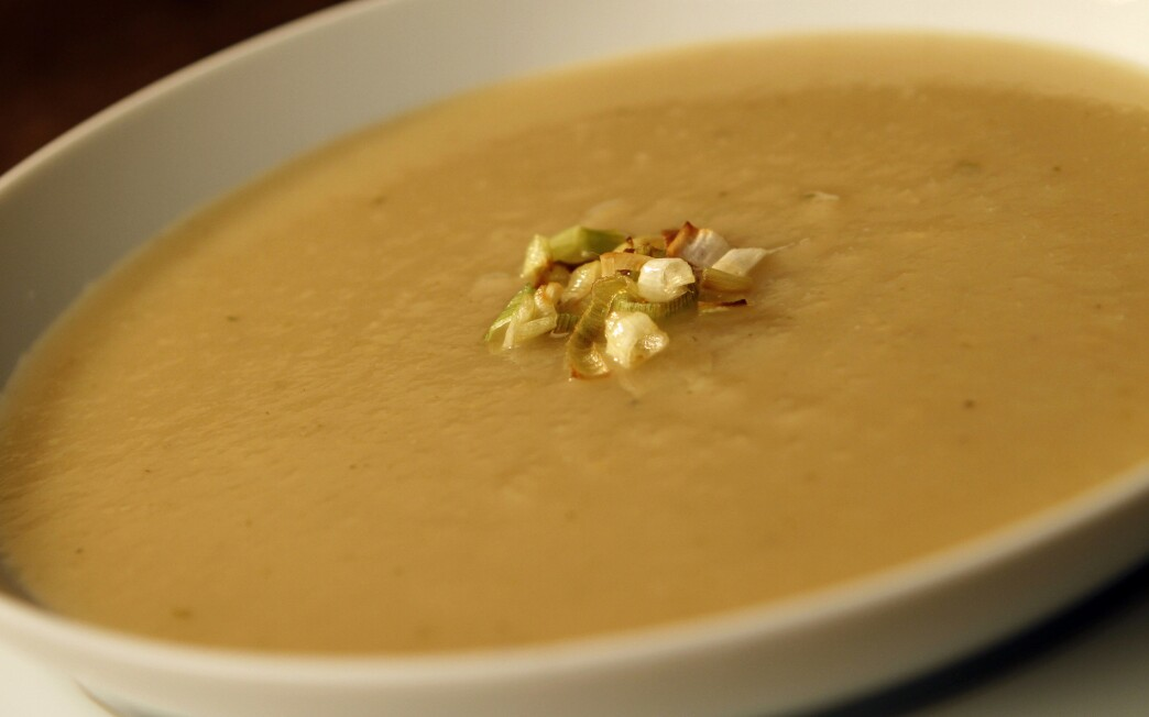 Leek, apple and thyme soup